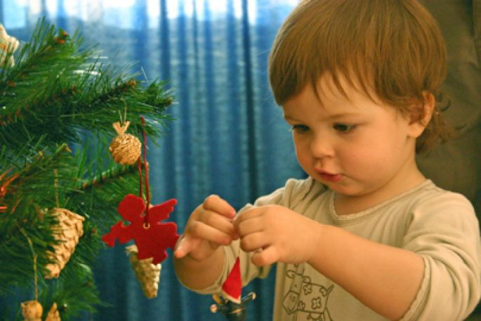 Je fais la déco du sapin de Noël avec mes enfants