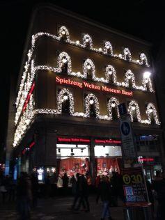 Le Musée du Jouet à Bâle (Jouet Mondes Musée Bâle) en habits de lumière pour les fêtes de Noël