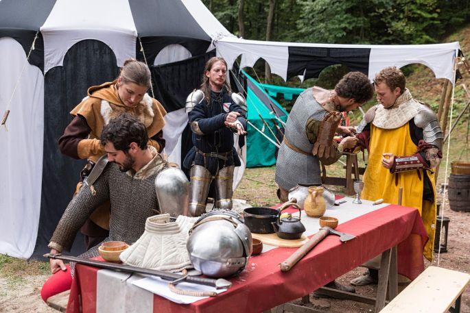 Les chevaliers se préparent au château de Wangenbourg