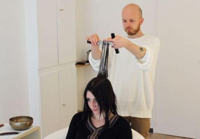 Julien Winninger pratique la coiffure énergétique