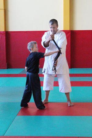 Les enfants peuvent commencer le karaté dès 7 ans. Un bon sport pour développer leur souplesse, leur équilibre et surtout leur concentration.
