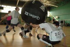 Le kin-ball est un sport d\'équipe insolite qui demande beaucoup d\'adresse !