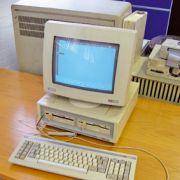 Match : L\'Amstrad PC 15-12 vs. La tablette moderne