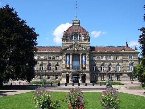 L\'ancien palais de l\'empereur d\'Allemagne regarde de front le Palais Universitaire
