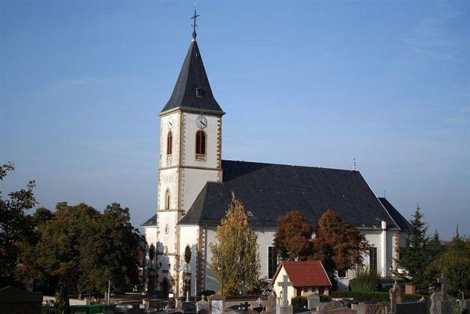 L\'église catholique Saint-Léger de Rixheim se situe dans le centre de la commune