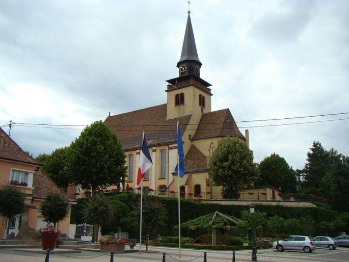 L\'église paroissiale de la Très Sainte Trinité domine le village de Lautenbourg en Alsace, dans le Bas-Rhin