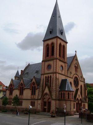 L\'église protestante de Haguenau se situe en face du musée historique de la ville
