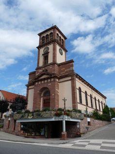 L\'église Saint-Michel se situe dans la commune de Soufflenheim, juste derrière l\'Office de Tourisme