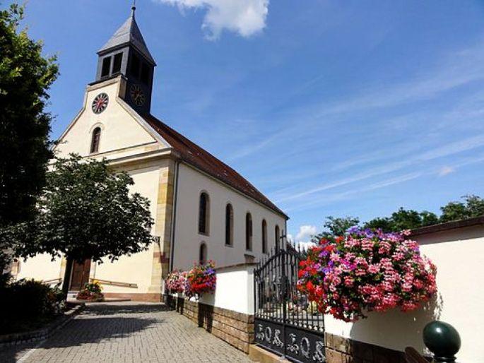 L\'église Saint Pantaléon domine la commune de Munchhausen