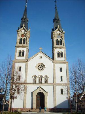 L\'église Saint Symphorien d\'Illkirch se trouve au centre de la commune, à proximité de l\'avenue Messmer
