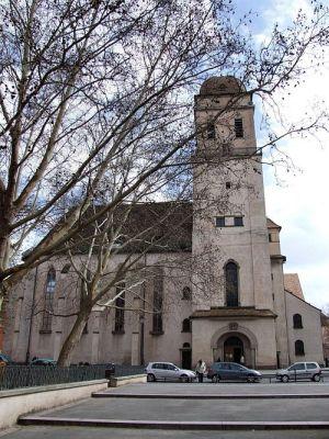 L\'église Ste Madeleine a dû être reconstruite après les bombarement de 1944