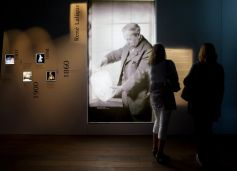 L\'entrée du musée est consacrée à la vie du fondateur de l\'entreprise René Lalique