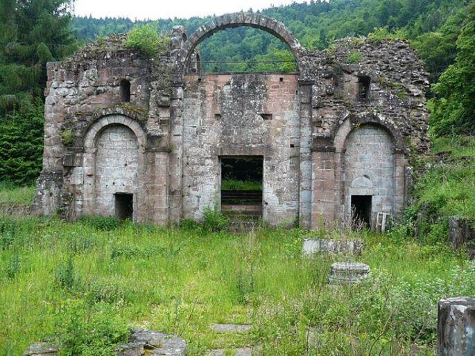 L\'imposante façade de l\'église de l\'abbaye