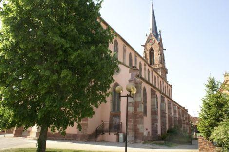 L\'imposante flèche de l\'église Saint Etienne de Mackenheim lui vaut son surnom de Cathédrale du Ried