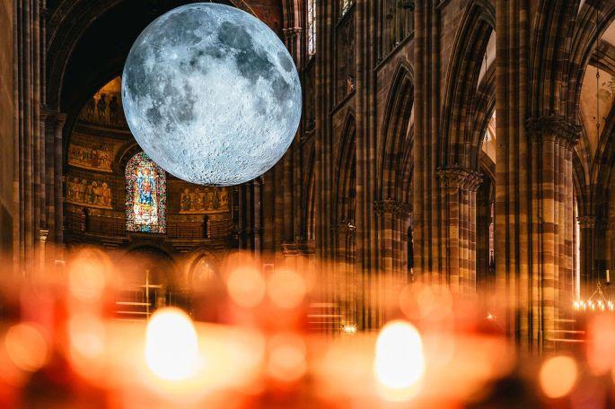 La Lune installée au coeur de la Cathédrale de Strasbourg, c\'est aussi ça L\'Industrie Magnifique (2021)