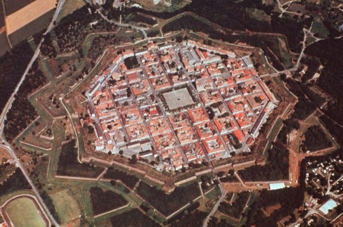 La commune de Neuf Brisach comporte toujours les si particulières fortifications de Vauban.