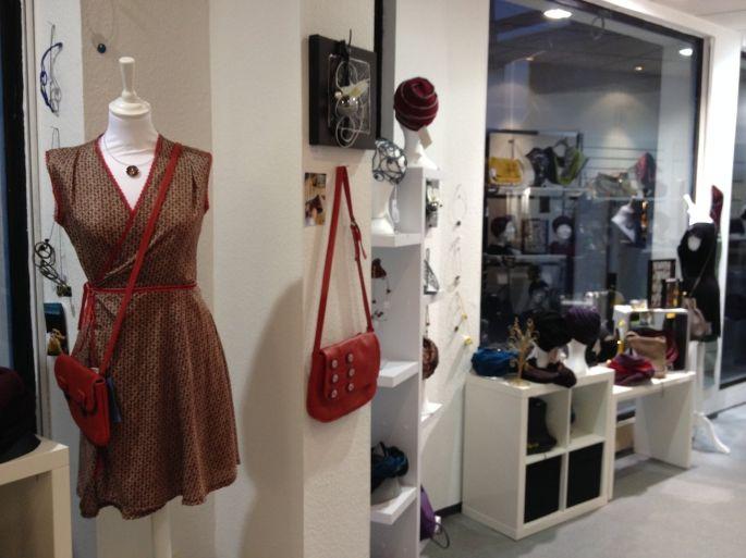 Une nouvelle boutique a vu le jour à Colmar en octobre 2013. Elle propose  un concept innovant et dans l air du temps   elle expose des créations  artisanales ... 280b3131d3b7