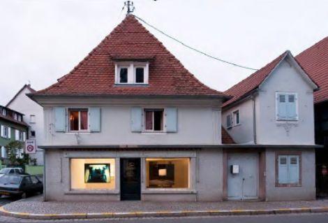 La galerie Schaufenster arbore des œuvres d\'art dans sa vitrine
