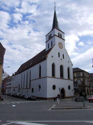 La longue église St Guillaume fait front à l\'Ill et à la place St Etienne