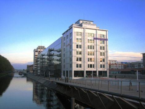 La médiathèque André Malraux mêle architecture ancienne et moderne avec ses grandes baies vitrées
