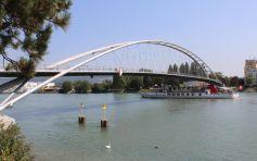 La Passerelle des Trois Pays, inaugurée en 2006, qui relie Huningue à la ville allemande de Weil am Rhein