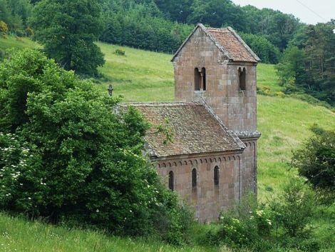 La petite chapelle se dresse dans un agréable cadre champêtre