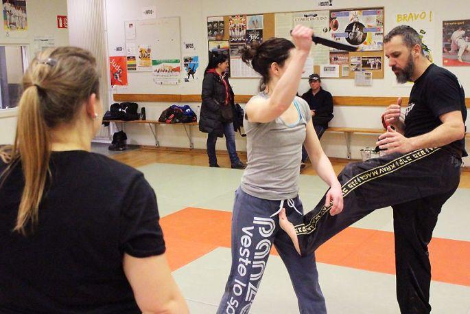 Eric l\'instructeur montre les techniques à deux jeunes femmes