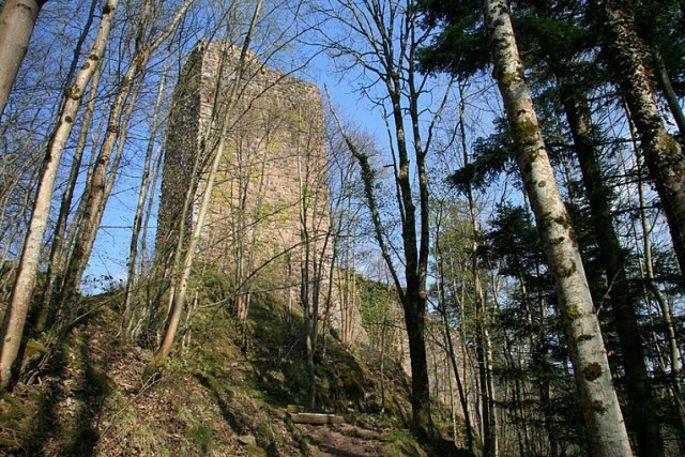La tour du Haut Nideck surplombe la célèbre cascade