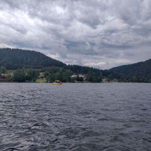 Vue depuis le milieu du lac en bateau