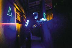 Le lasergame, c\'est une activité physique dans un décor futuriste.