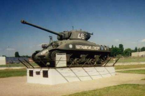 Le char Sherman qui accueille le visiteur au Mémorial Musée