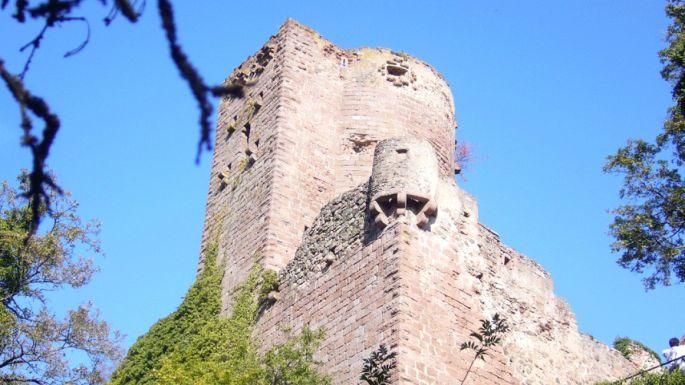 Le château de Kintzheim dresse fièrement ses tours en aval du Haut-Koenigsbourg