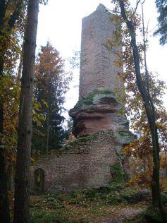 Le château de Wineck a conservé son impressionant donjon installé sur le rocher