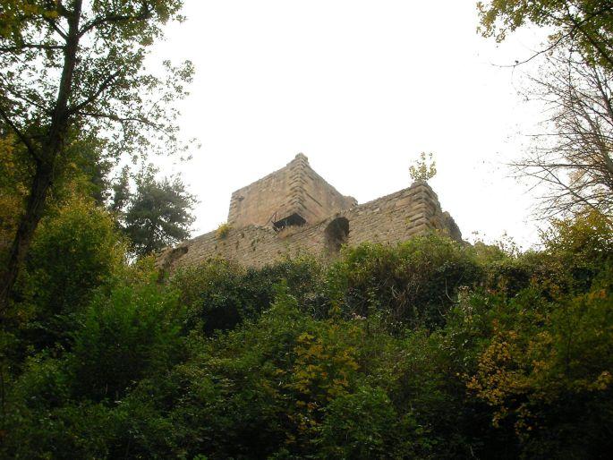 La silhouette massive du château du Hagueneck