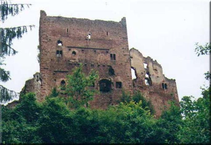 Le château élève ses murs imposants face à son