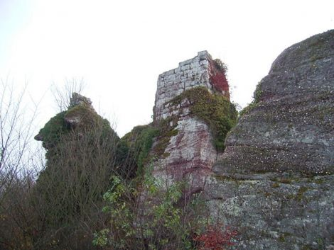 Le donjon pentagonal du Grand Ringelstein suit la taille de la falaise