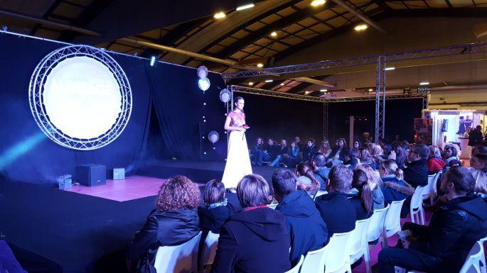 Des défilés présentent les robes de mariées aux intéressé(e)s pendant le salon du mariage
