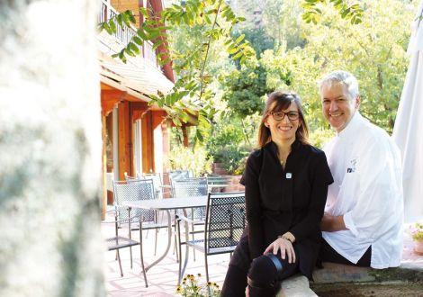 Le chef Jean-Michel Eblin et sa femme Anne sur la terrasse d\'été du Maximilien