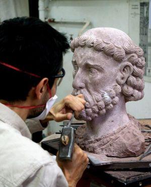 Vincent Cousquer, sculpteur à la Fondation de l'Oeuvre Notre-Dame, réalise une sculpture à partir d'un dessin de Villard de Honnecourt (vers 1220)