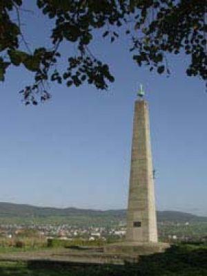 Le monument du Geisberg veille sur Wissembourg