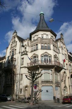 Le Palais des Fêtes de Strasbourg se trouve au croisement des rues Sellénick, Phalsbourg et  du boulevard Clémenceau