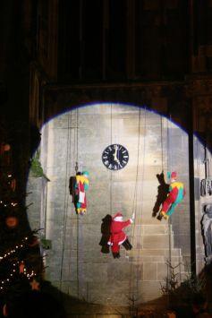 Le Père Noël escalade la façade de la Collégiale de Thann pour venir à la rencontre des enfants sages