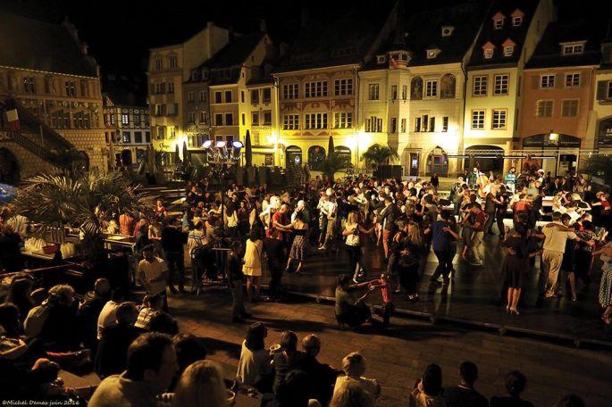Des milongas gratuites sont organisées en ville, comme sur la Place de la Réunion, à la Cour des Maréchaux, dans le hall de la Filature...