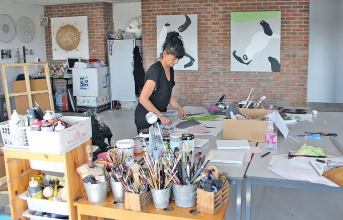 Sandrine Stahl dans son atelier d\'artiste au Séchoir