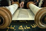 Les grands rouleaux de la Torah attendent patiemment les fidèles dans chacune des synagogues