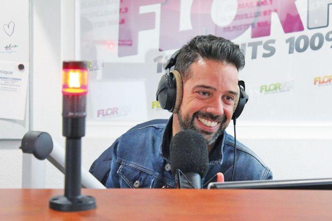 Julien de Flor FM, hilare suite aux anecdotes de son compère Bristol