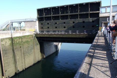 Les écluses du Rhin à Marckolsheim permettent d\'alimenter la centrale hydroélectrique et de faire passer les bateaux