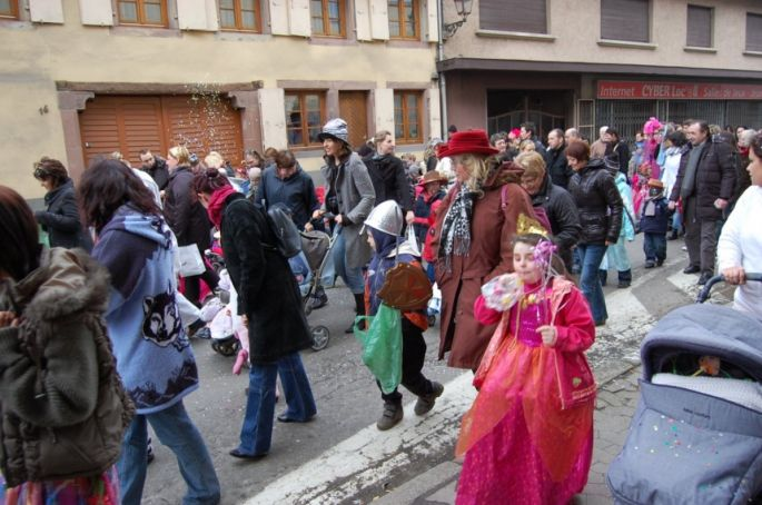 Les enfants de Wasselonne défilent dans les rues de la ville lors de la traditionnelle cavalcade des enfants pour le Carnaval