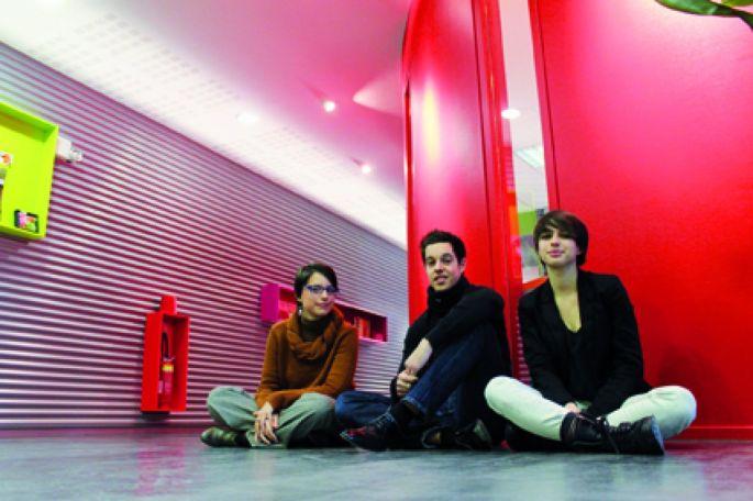 Trois étudiants croisés au détour d\'un couloir de l\'ISTA