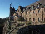Les fiers murs de l\'abbaye du Mont Sainte Odile se dressent toujours face à la plaine